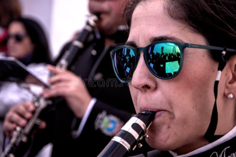 Духовой оркестр acompanying шествие святого Monaday в Carmona Севилье 35 стоковые фотографии rf
