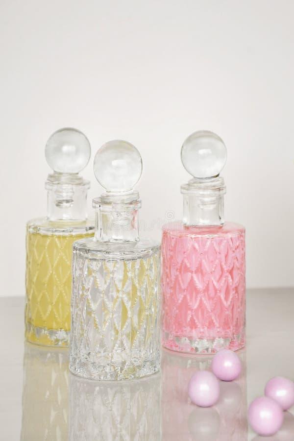 Дух и ароматичная предпосылка белизны бутылок масел стоковая фотография rf