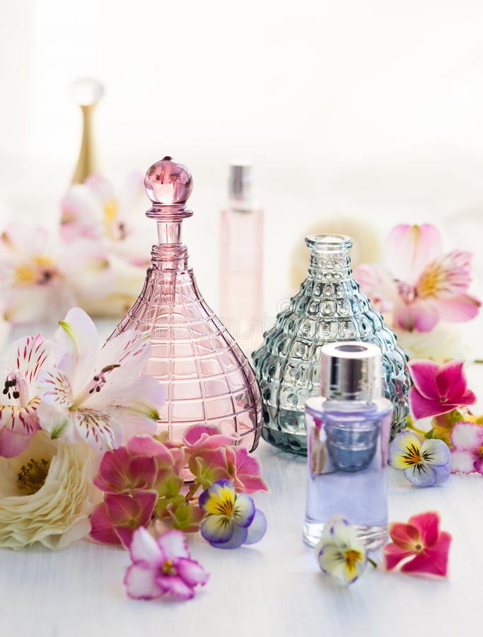 Дух и ароматичные бутылки масел стоковое изображение rf