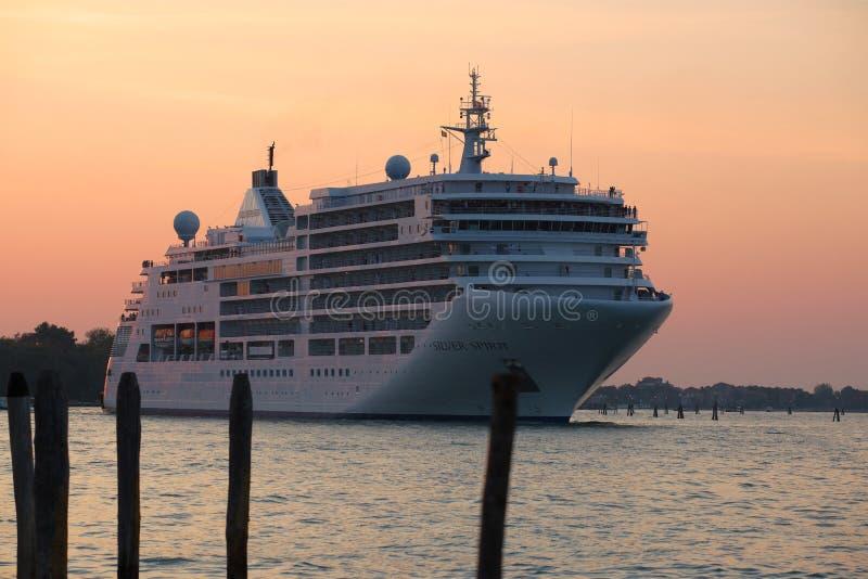 Дух ferrySilver круиза океана входит в залива Сан Marco в раннее утро Италия venice стоковые изображения