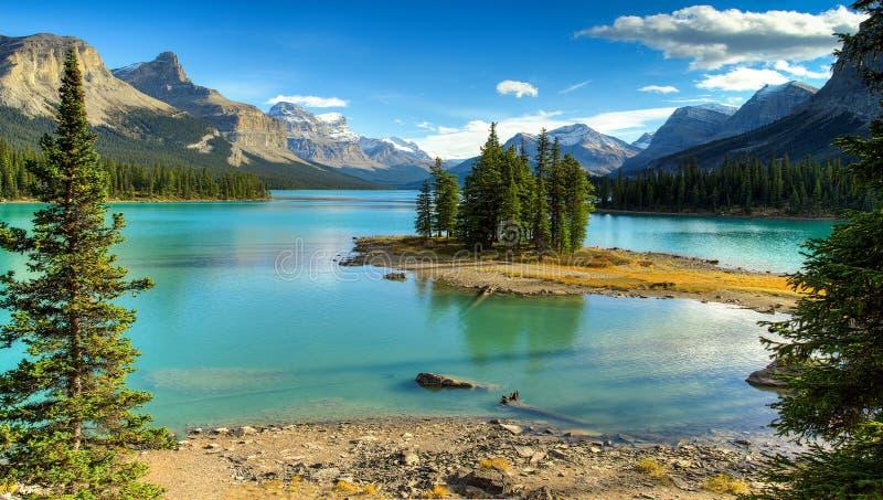 Дух Isalnd в озере Maligne стоковые фото