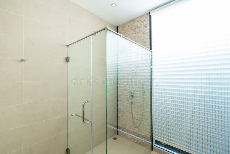Душевые кабины дизайна интерьера в bathroom стоковые изображения