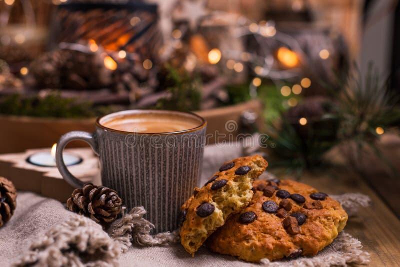 Душистые горячие печенья кофе и шоколада для Санта Клауса Напиток для праздника и уютной атмосферы рождества Открытый космос для стоковые изображения