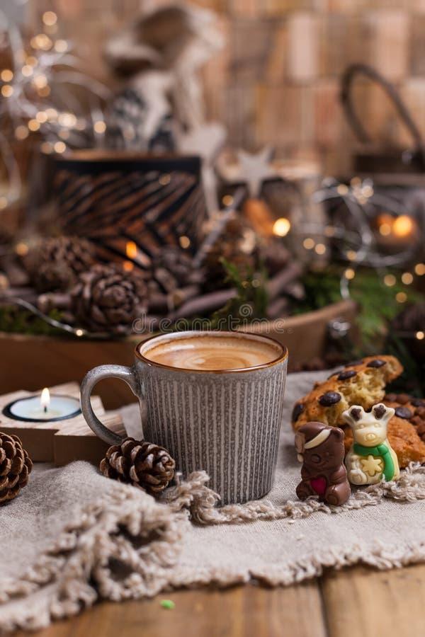 Душистый кофе, шоколады в форме диаграмм рождества Печенья и горячий напиток на праздник Уютная атмосфера, свечи стоковое изображение rf
