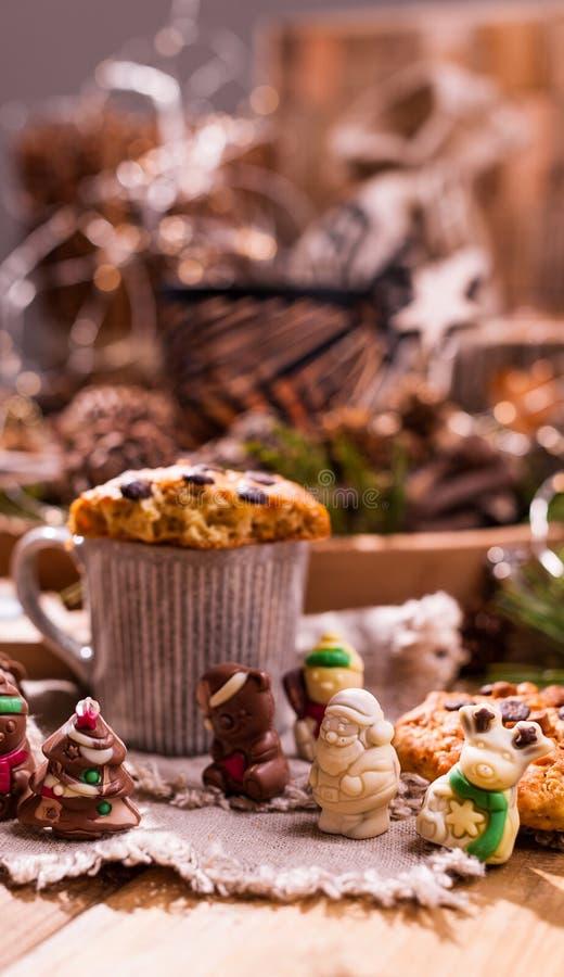 Душистый кофе, шоколады в форме диаграмм рождества Печенья и горячий напиток на праздник Уютная атмосфера, свечи стоковое фото