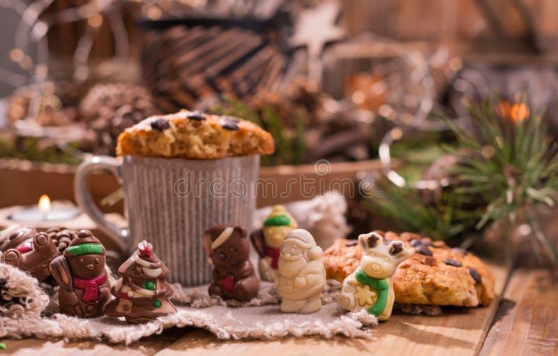 Душистый кофе, шоколады в форме диаграмм рождества Печенья и горячий напиток на праздник Уютная атмосфера, свечи стоковая фотография