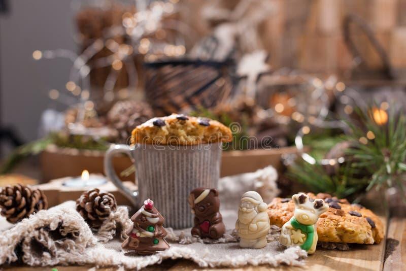 Душистый кофе, шоколады в форме диаграмм рождества Печенья и горячий напиток на праздник Уютная атмосфера, свечи стоковые фотографии rf