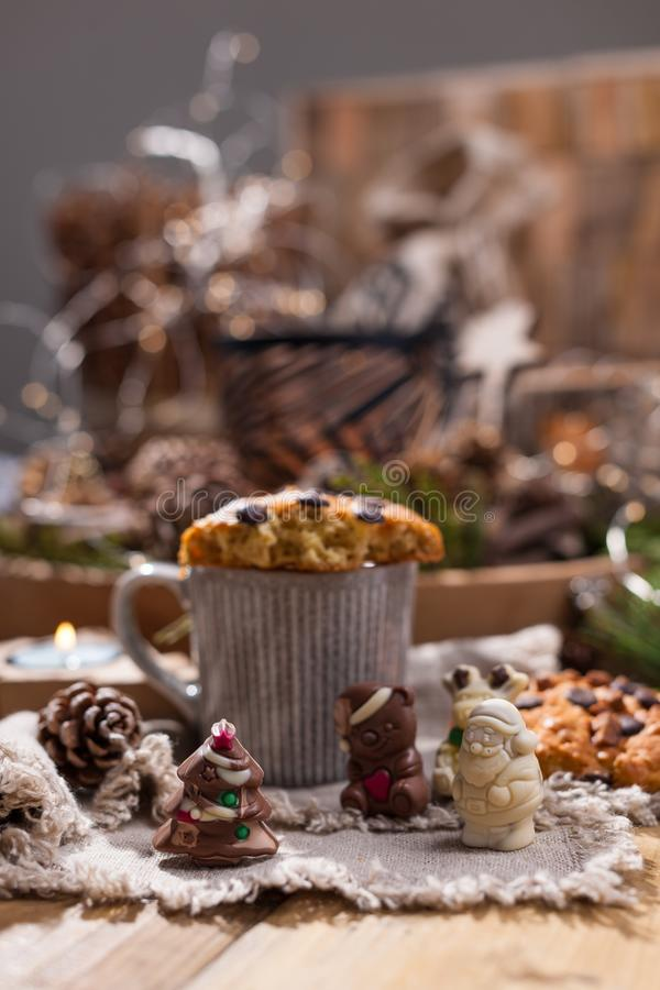 Душистый кофе, шоколады в форме диаграмм рождества Печенья и горячий напиток на праздник Уютная атмосфера, свечи стоковая фотография rf