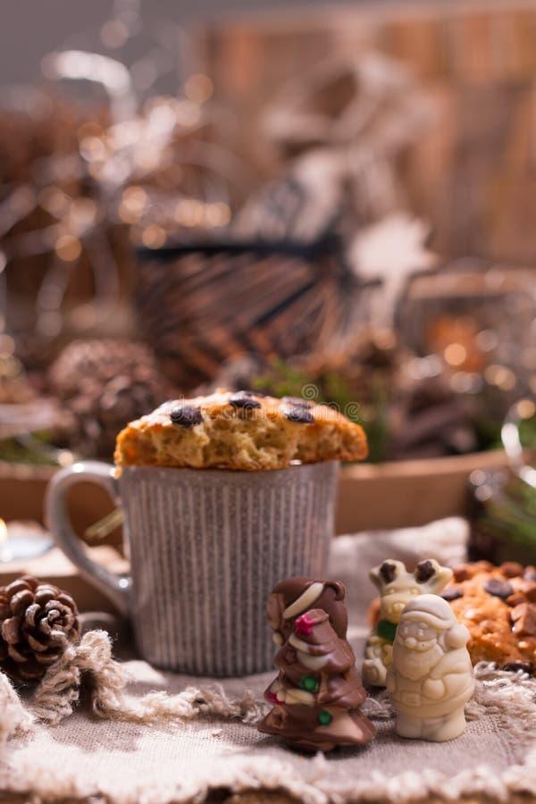 Душистый кофе, шоколады в форме диаграмм рождества Печенья и горячий напиток на праздник Уютная атмосфера, свечи стоковое фото rf
