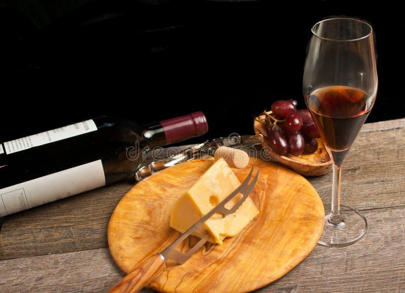 Дуэты красного вина и сыра для французской дегустации вин стоковые изображения rf