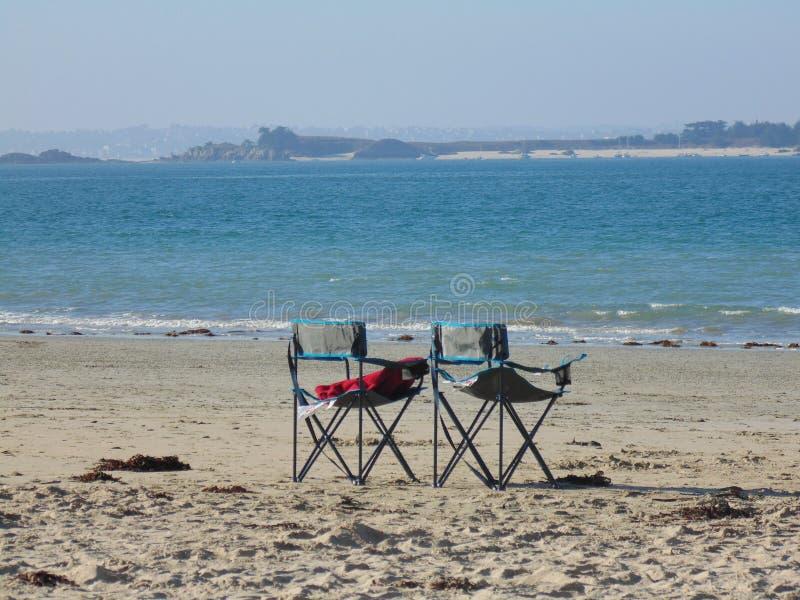 Дуэт стульев на пляже 3 стоковая фотография rf