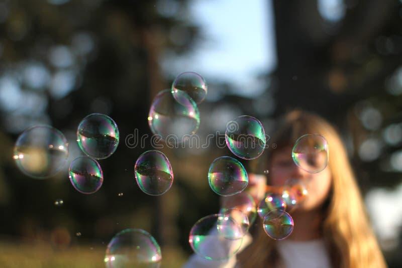 дуя девушка пузырей стоковые изображения