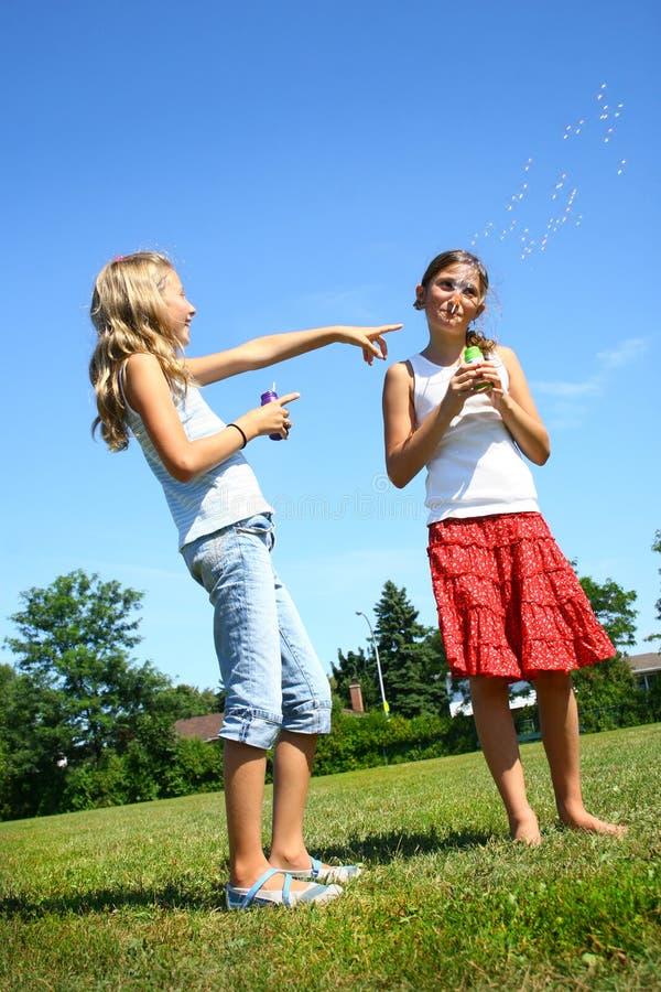 дуя девушки пузырей стоковое изображение