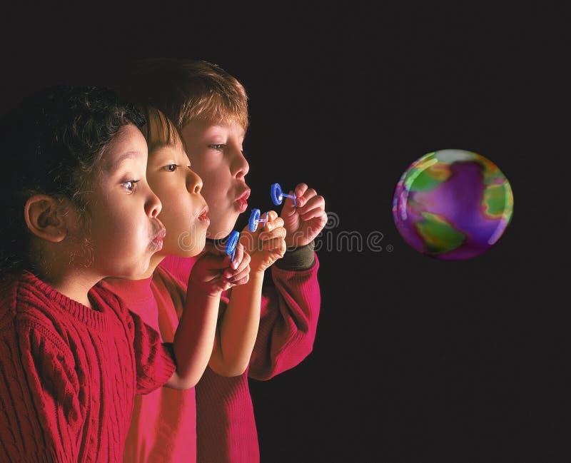 дуя дети пузыря многонациональные стоковая фотография rf