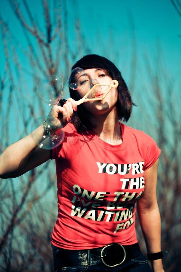 дуя женщина портрета пузырей стоковые изображения rf