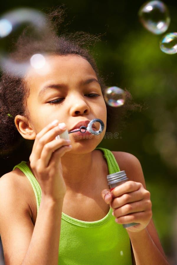 дуя мыло пузырей стоковая фотография