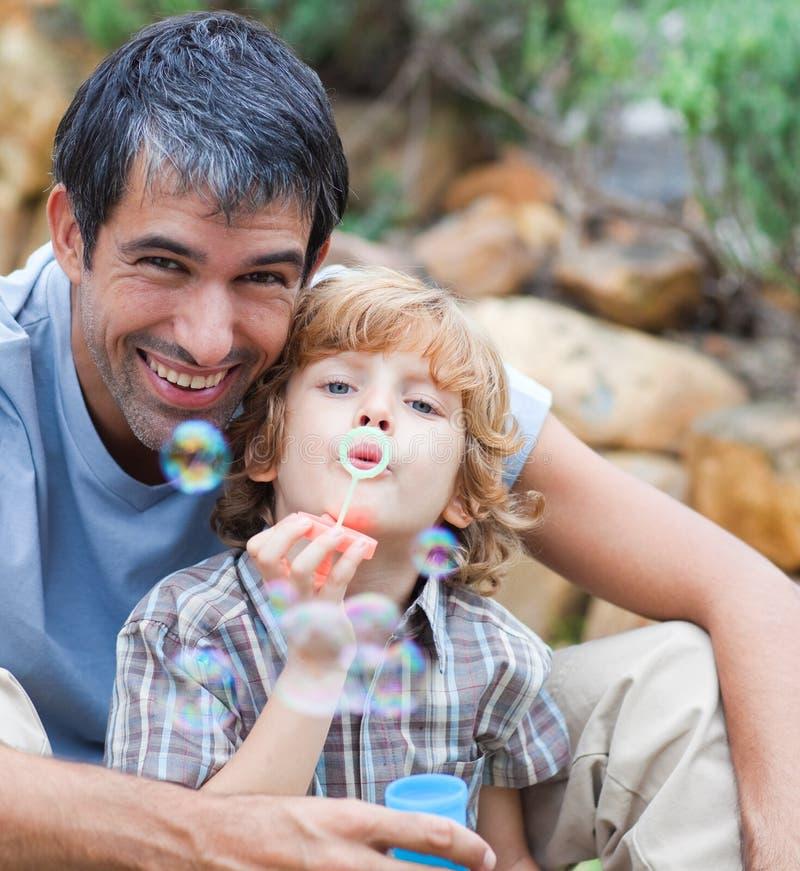 дуя пузыри будут отцом сынка портрета стоковая фотография rf