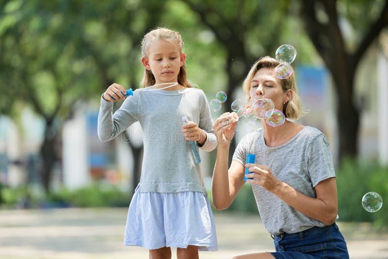 Дуя пузыри мыла стоковые фото