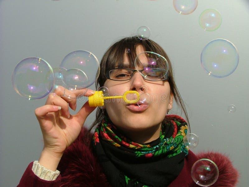 дуя пузыри стоковая фотография