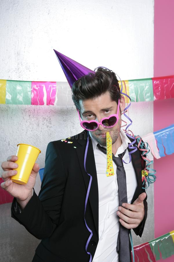 дуя смешной костюм партии noisemaker человека молодой стоковая фотография rf