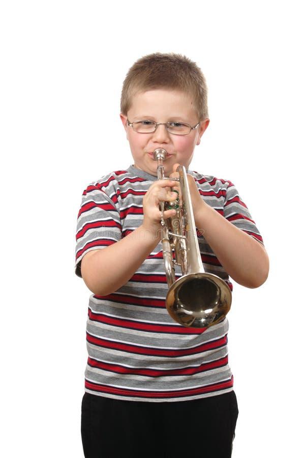 дуя trumpet мальчика стоковые фотографии rf