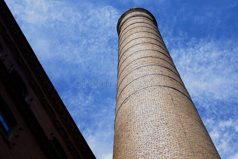Дымовая труба в небе стоковое изображение rf