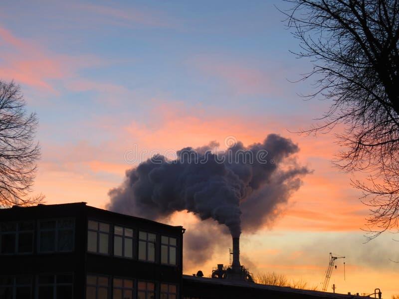 Дымовая труба и дым стоковые фото