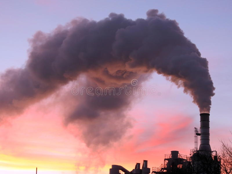 Дымовая труба и дым стоковые фотографии rf