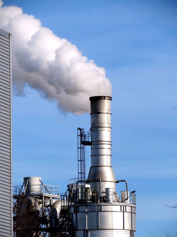 Дымовая труба и дым стоковое фото