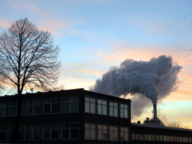 Дымовая труба и дым стоковое изображение