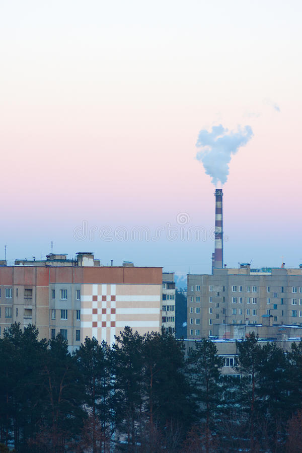 Дымя печная труба над фабрикой стоковая фотография rf