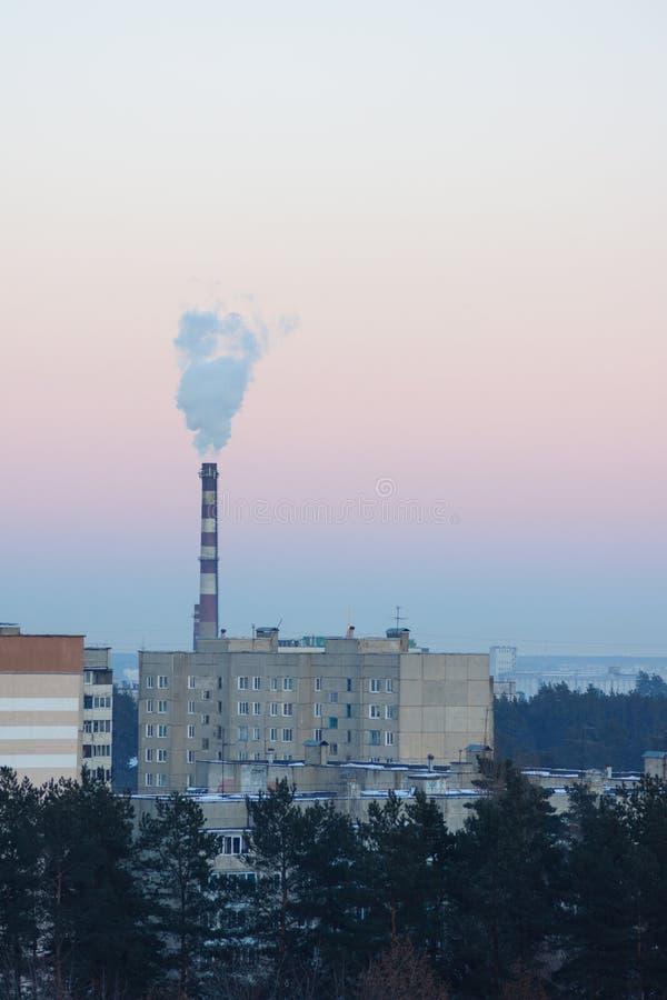 Дымя печная труба над фабрикой стоковые изображения rf