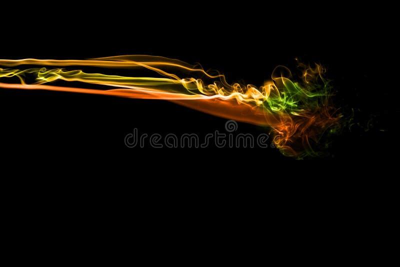 Дым конспекта multi покрашенный пропустил на черной предпосылке стоковое изображение rf