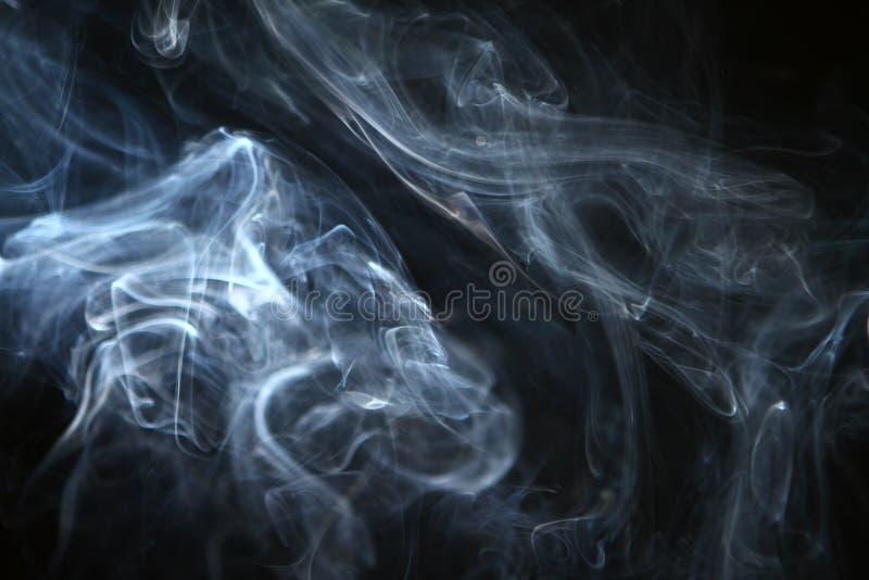 Дым красивого контраста конспекта голубой против темной предпосылки стоковые фотографии rf