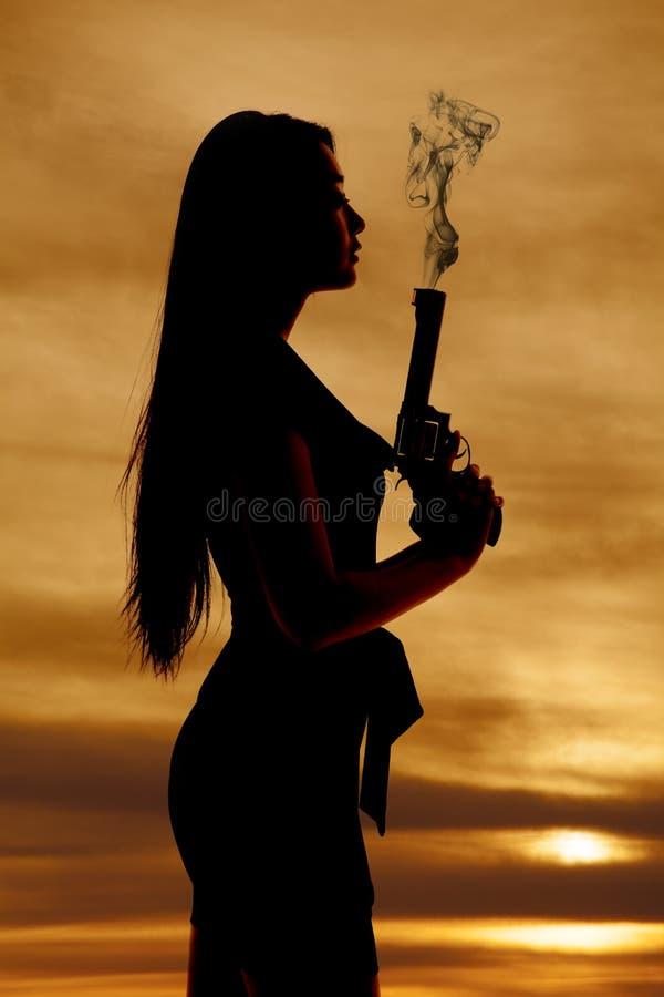 Дым оружия силуэта женщины стоковые фотографии rf