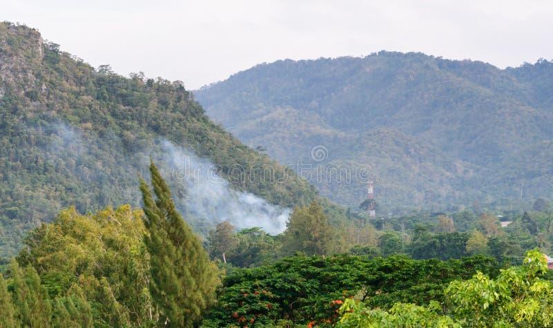 Дым от леса огня в горе стоковое изображение