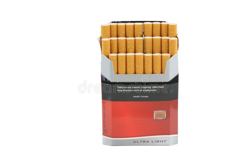 Download дым пакета сигареты стоковое изображение. изображение насчитывающей болезнь - 600433