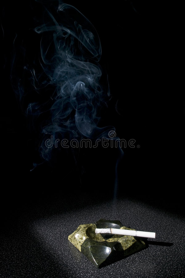 дым сигареты ashtray стоковое фото rf