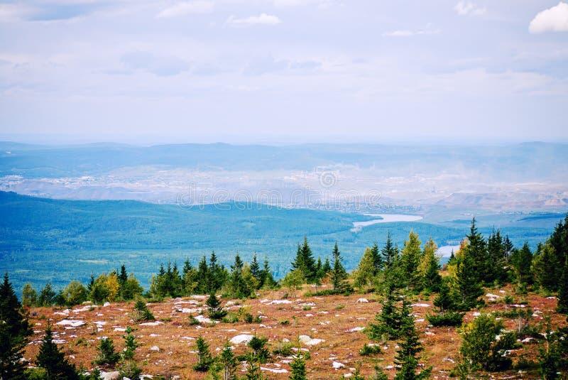 Дым Zuratkul Челябинска России национального парка горы Satka взгляд сверху смог стоковая фотография