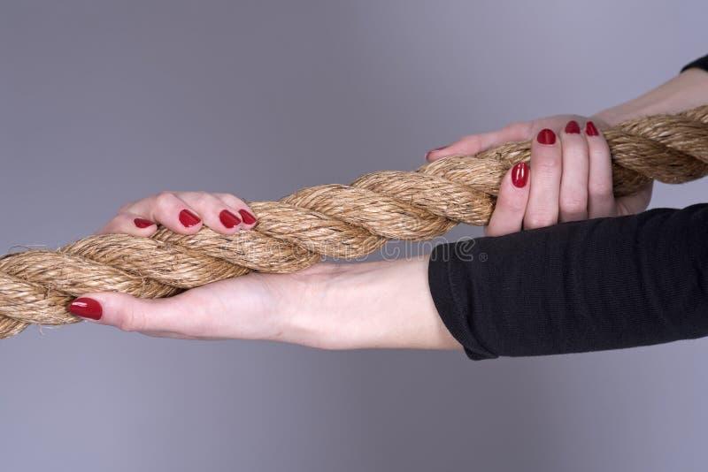 Длина рук ` s веревочки и женщины стоковое фото rf