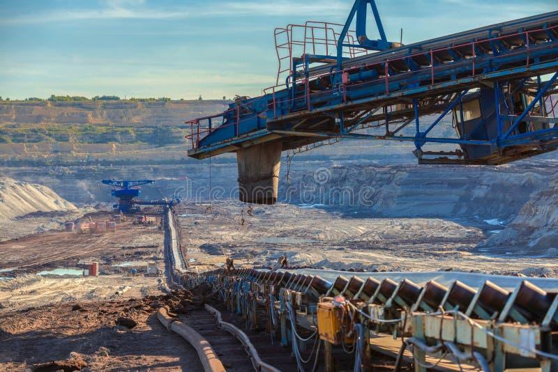 Длинная конвейерная лента транспортируя руду стоковая фотография
