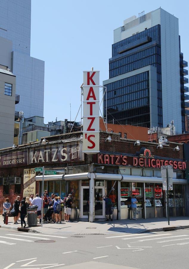 Длинная очередь в фронте деликатеса исторического Katz стоковые фотографии rf