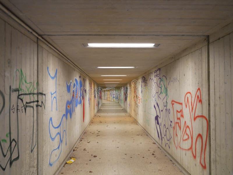 Длинные дезертированные подземный переход или метро с граффити стоковые фотографии rf