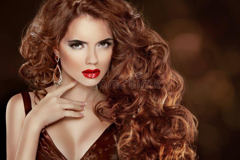 Длинные курчавые красные волосы. Красивый портрет женщины моды. Красота Mo стоковая фотография rf