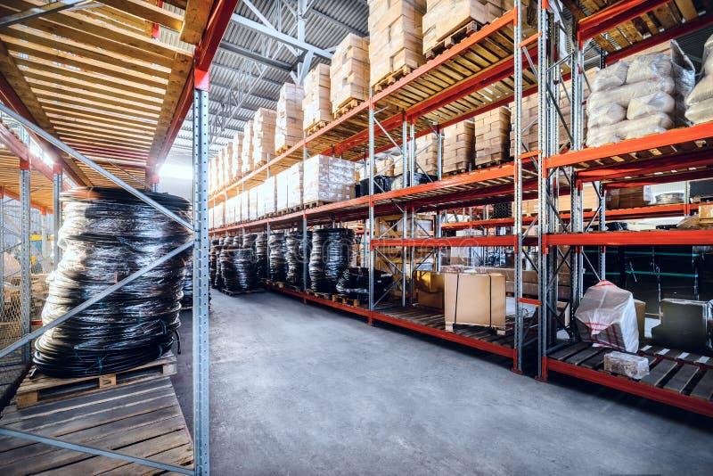 Длинные полки с разнообразие коробками и контейнерами стоковая фотография