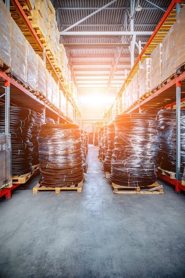 Длинные полки с разнообразие коробками и контейнерами стоковые фотографии rf
