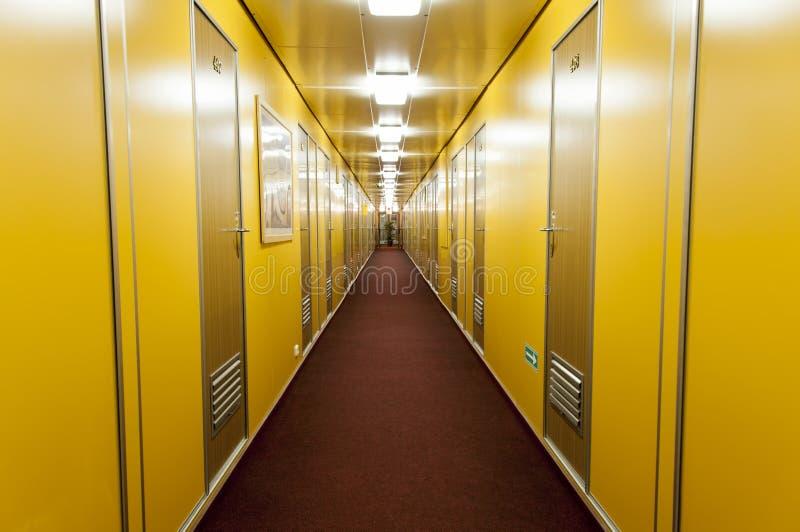 Длинный коридор туристического судна океана стоковые фотографии rf