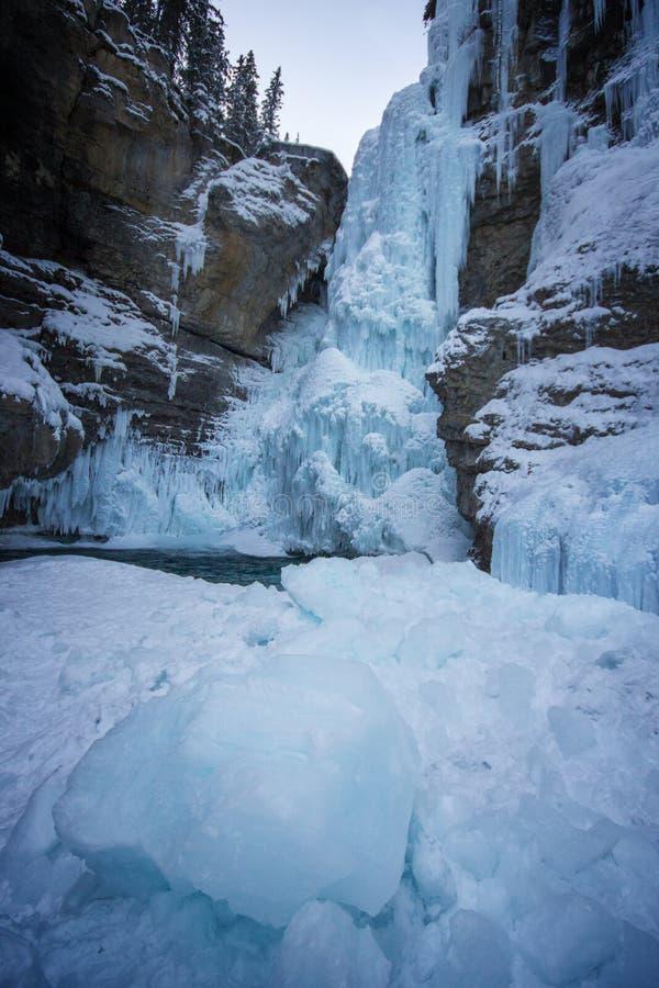 Длинный, который замерли водопад с ледистыми стенами каньона и большой частью льда в фронте, каньоне Johnston, национальном парке стоковые фото