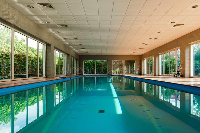 Длинный покрытый бассейн swimmimg на курорте стоковые фото