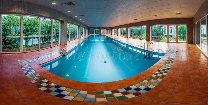 Длинный покрытый бассейн swimmimg на курорте стоковое фото